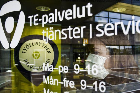 Asiakas astuu Helsingin Työllisyyden palvelutorille Pasilan TE-toimistoon 28. heinäkuuta.