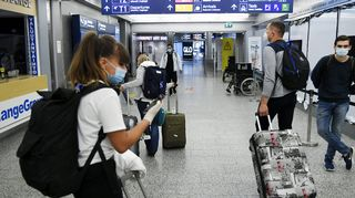Matkustajia Helsinki-Vantaan lentokentällä 18. syyskuuta 2020.