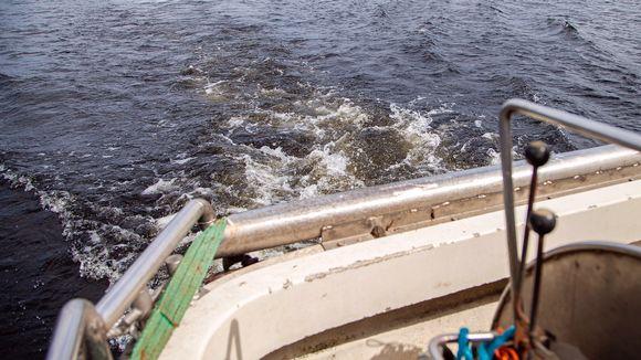 Troolausaluksen peräkuohuja vedessä.