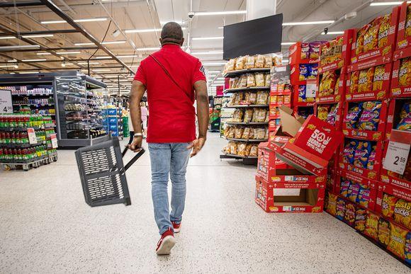 Asiakas ostoksilla ruokakaupassa.