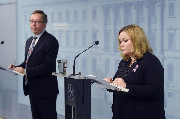 Perhe- ja peruspalveluministeri Krista Kiuru ja elinkeinoministeri Mika Lintilä hallituksen tiedotustilaisuudessa 29. syyskuuta 2020.