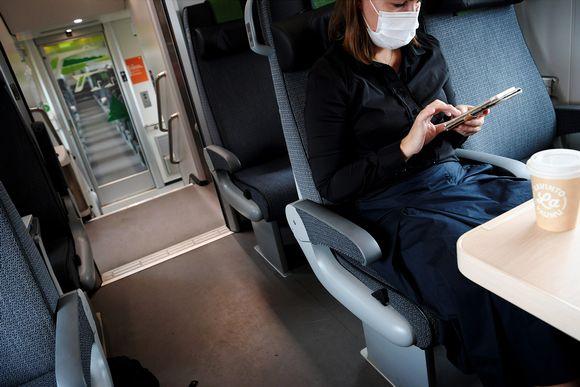 Kasvomaskia käyttäviä junamatkustajia 4. syyskuuta 2020.