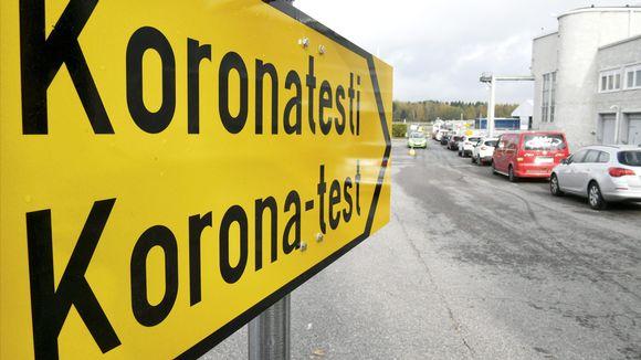 Autoilijat jonottavat koronavirustestiin uudella drive-in koronanäytteenottopisteellä Malmin lentokentällä Helsingissä 8. lokakuuta.