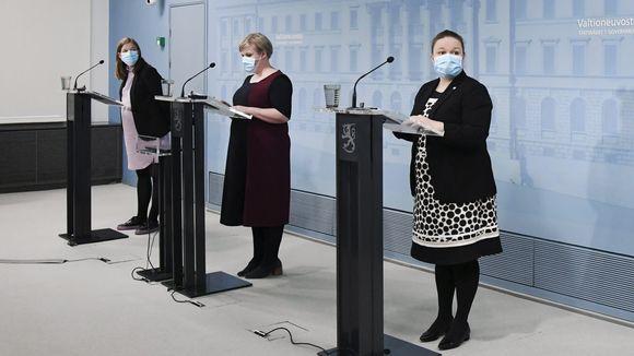 Opetusministeri Li Andersson, tiede- ja kulttuuriministeri Annika Saarikko ja perhe- ja peruspalveluministeri Krista Kiuru hallituksen tiedotustilaisuussa Helsingissä 15. lokakuuta 2020.