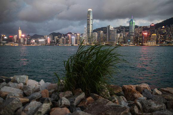 Kuvassa on Hongkongin siluetti.
