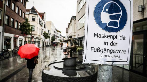 Kyltti jossa kerrotaan maskipakosta kävelykadulla Delmenhorstissa, Saksassa.