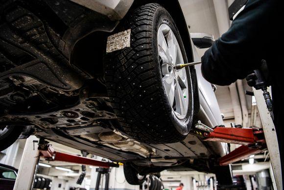 Auton renkaita vaihdetaan autohuoltamolla.