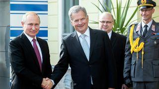 Vladimir Putin ja Sauli Niinistö kättelevät Helsingissä.