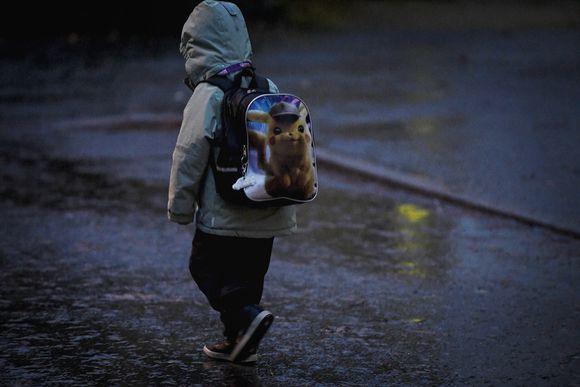 Lapsi liikkeellä sateessa Espoon Suvelassa 19. marraskuuta.