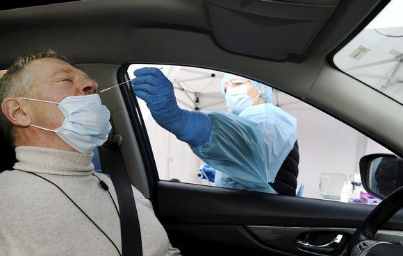 Koronaviruksen testausta Terveystalon drive-in -näytteenottopisteessä Espoon Otaniemessä 18. marraskuuta 2020.