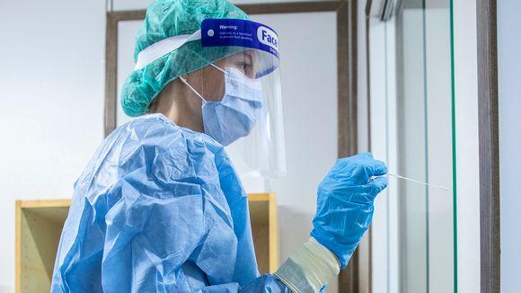 Sairaanhoitaja ottaa koronavirusnäytettä.