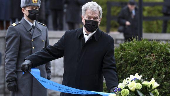 Presidentti Sauli Niinistö laski seppeleen J. K. Paasikiven haudalle Helsingin Hietaniemessä 27. marraskuuta 2020.