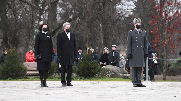 Presidentti Sauli Niinistö ja Jenni Haukio seppeleenlaskutilaiuudessa Hietaniemen hautausmaallla.
