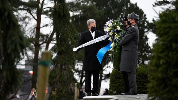 Presidentti Sauli Niinistö laskee seppleen Hietaniemen hautausmaallla.