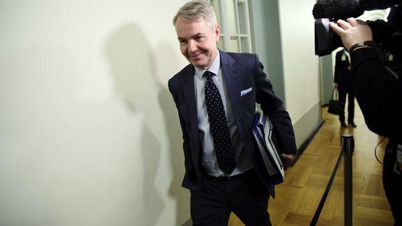 Ulkoministeri Pekka Haavisto menossa eduskunnan perustuslakivaliokunnan kuultavaksi Helsingissä 14. tammikuuta 2020.