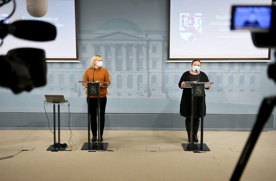 Maria Ohisalo ja Krista Kiuru hallituksen tiedotustilaisuudessa.