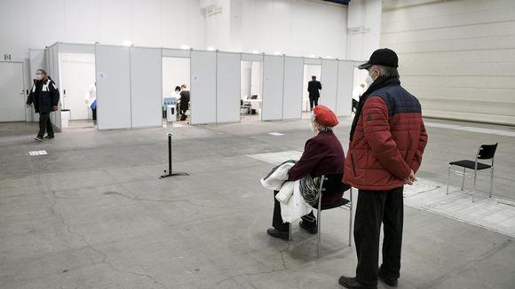 Asiakkaat odottavat rokotusvuoroaan Helsingin kaupungin keskiviikkona avautuneessa koronarokotuspisteessä Helsingin Messukeskuksessa 17. helmikuuta.