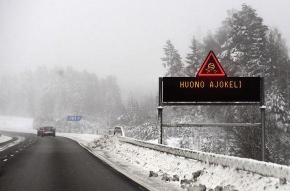 Huono ajokeli varoitus digitaalisessa kyltissä valtatie 6:lla.