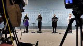 Maria Ohisalo, Sanna Marin, Annika Saarikko ja Anna-Maja Henriksson hallituksen tiedotustilaisuudessa.