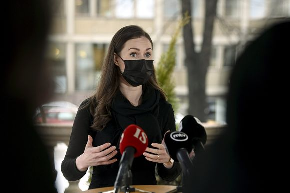 Pääministeri Sanna Marin kommentoi tapaamista Säätytalon edustalla Helsingissä 25. helmikuuta.
