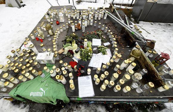 Muistokynttilöitä murhatun teinipojan ruumin löytöpaikalla Koskelan sairaalan lähistöllä.