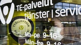 Asiakas astuu Helsingin Työllisyyden palvelutorille Pasilan TE-toimistoon 28. heinäkuuta 2020.