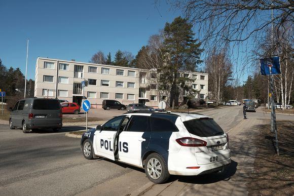 Poliisiautoja rikospaikalla Turun Pernossa.