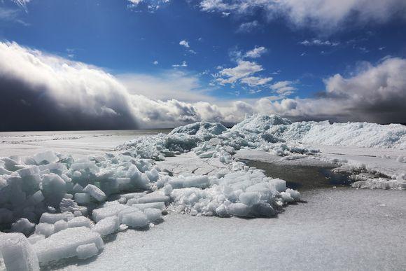 Säkylän Pyhäjärvellä jäät nousivat rantaan.