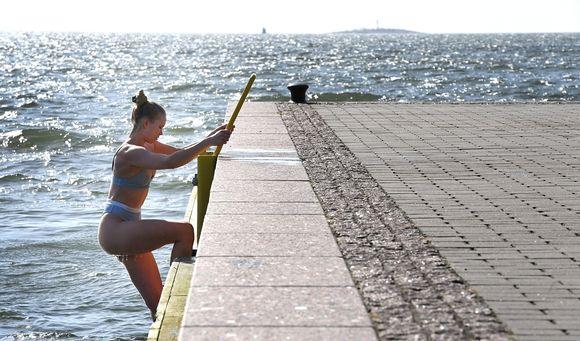 Uimari Eiranrannassa Helsingissä aurinkoisena sunnuntaina 11. huhtikuuta.