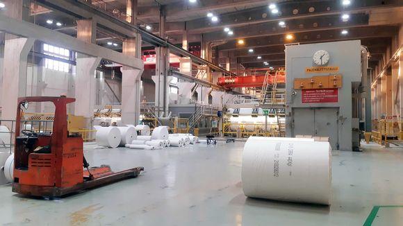Paperirullia Veitsiluodon tehtaan sisätiloissa.