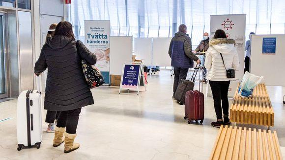 Ihmisiä jonottamassa koronanäytteenottoon länsisataman terminaalissa.