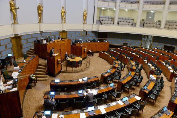 Eduskunnan täysistunto helatorstai-iltana 13. toukokuuta 2021.