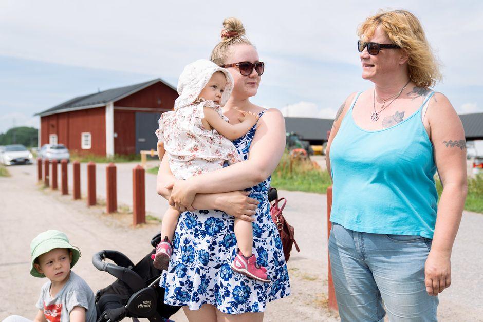Lapset Benjamin Bandol, Jadelie Bandol, äiti Saara Linnala ja isoäiti Sonja Linnala-Mattila.