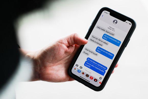 Seksuaalisia viestejä puhelimen näytöllä.