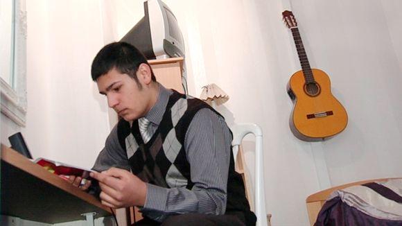 Romanioppilas lukee kirjaa