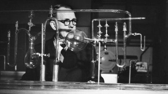 Kemian nobelisti A.I. Virtanen laboratoriossa.