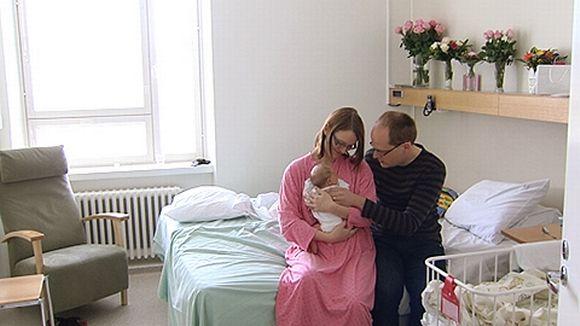 Björn ja Nina Ziessler vastasyntyneen vauvansa kanssa Helsingin Naistenklinikalla.