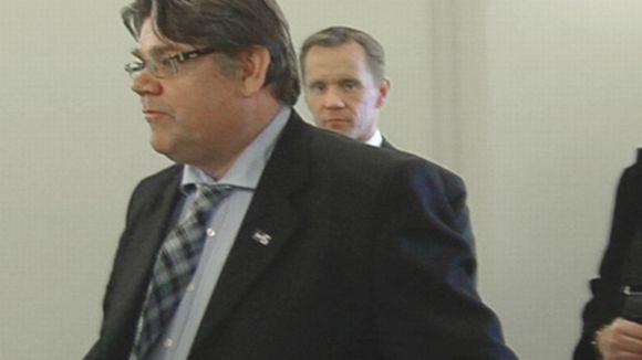 Perussuomalaisten puheenjohtaja Timo Soini, takana kansanedustaja Mika Niikko.