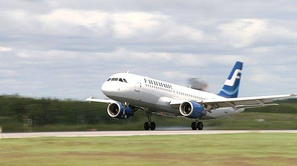 Finnairin Airbus A320 -kone laskeutumassa Helsinki-Vantaan lentoasemalle.