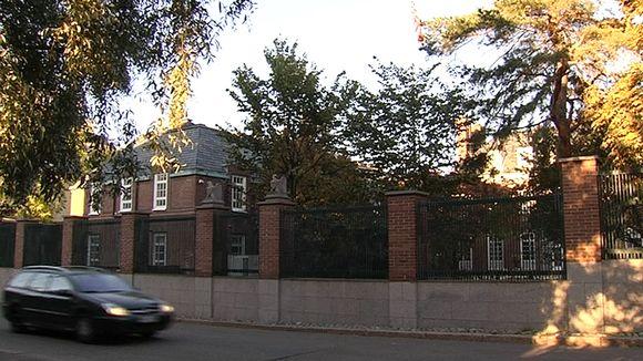 Yhdysvaltain suurlähetystö Helsingin Kaivopuistossa.