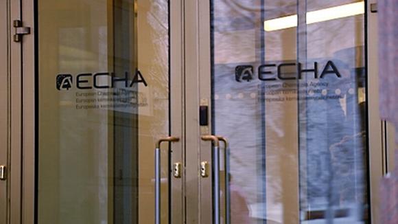 Euroopan kemikaaliviraston sisäänkäynti. Kaksi lasillista ovea, joihin on teipattu ECHAn logo.