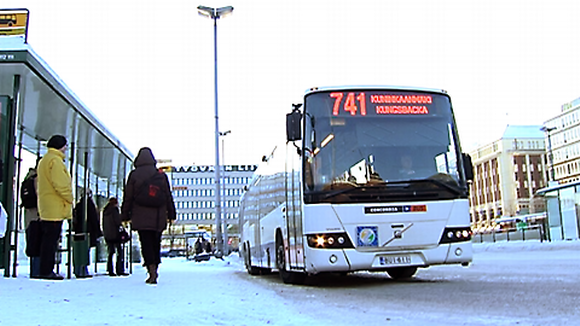 Seutuliikenteen bussi Hakaniementorilla
