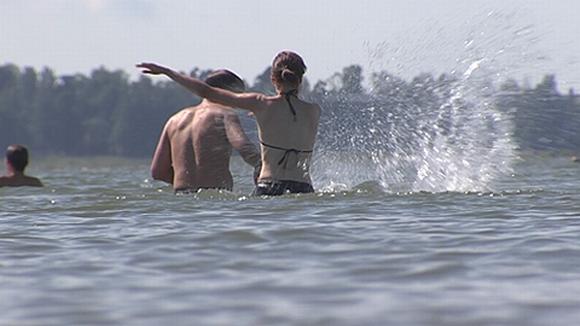 Ihmisiä vedessä. Veden roiskeita.
