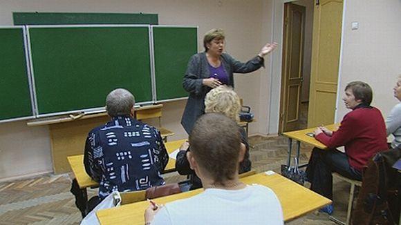 Ihmisiä luokkahuoneessa.