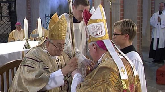 Piispaksi vihitty isä Teemu Sippo saa Piispan sauvan päävihkijä, kardinaali Karl Lehmannilta. Sauva kuvaa piispan paimenen tehtävää.