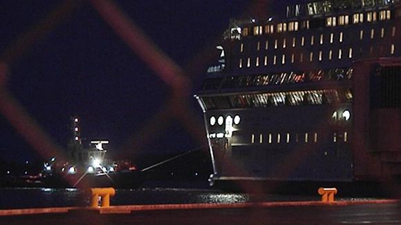 Silja Europa saapuu Turun satamaan, etualalla sataman verkkoaita.