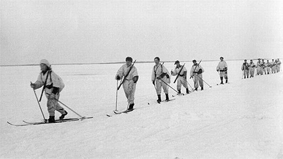 Talvisota. Lumipukuisia sotilaita hiihtämässä jäällä.