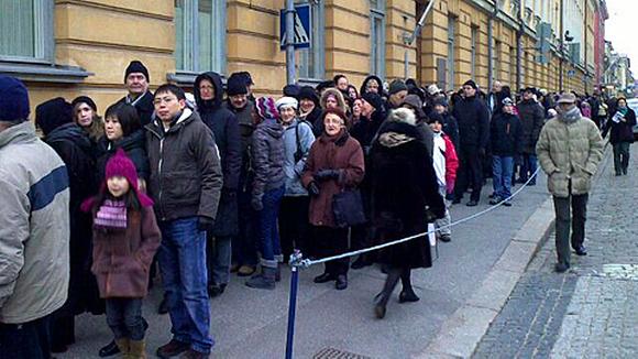 Ihmiset jonottavat pääsyä Presidentinlinnaan.