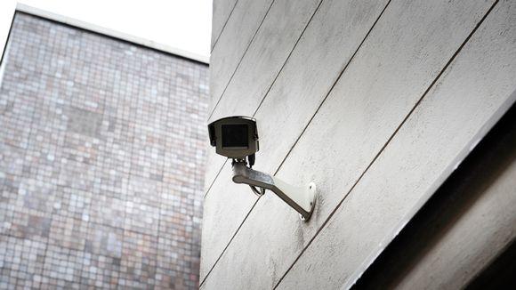 Valvontakamera talon seinässä.