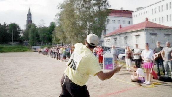 Mies heittää kännykkää Savonlinnassa.
